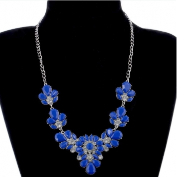 Flower necklace in blue /...